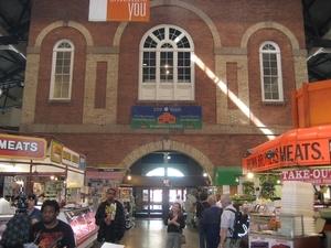 De ingang van de St Lawrence markt langs de binnenzijde. Het is d