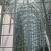 Spiegeling in het glazen gebouw. Verwarrend.