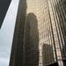 Weerspiegeling van overliggende gebouwen in de duizenden glasrame