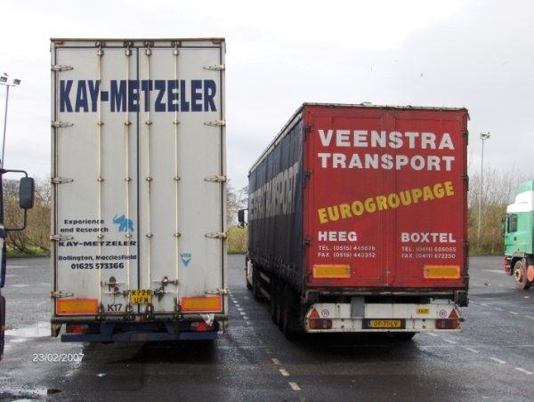 Gerrit de Vries naast Engelse trailer