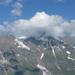 wolk op de spits van de berg