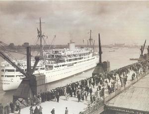 Congo-villeboat bij vertrek aan Scheldekaai  in Antwerpen