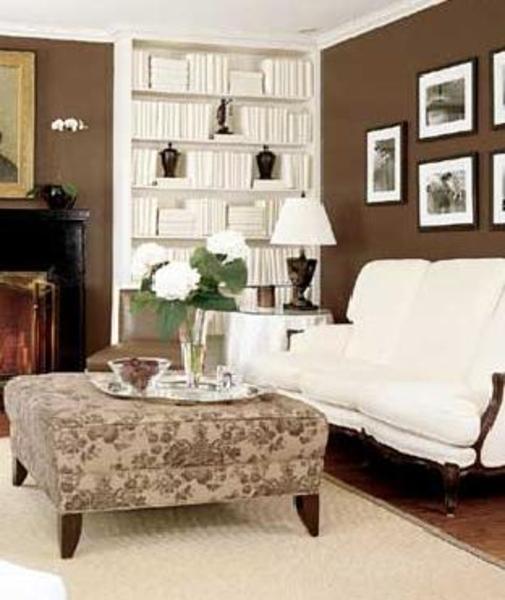 Bruine muur in woonkamer bruine livinngruimte met witte open haard royalty vrije beste idee n - Verf haar woonkamer ...