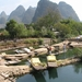 2 Yangshuo_ karstformaties en boten op de Yulong-rivier 2