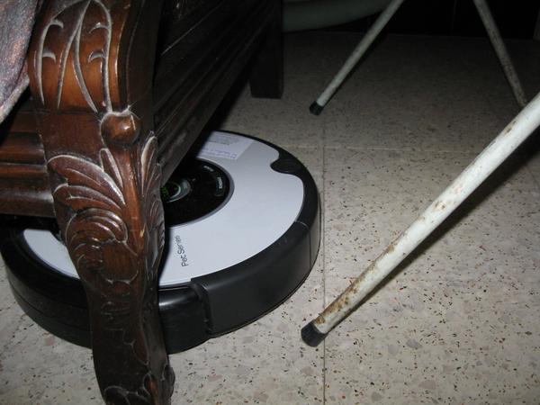 de Roomba Robot poetst het huis 010