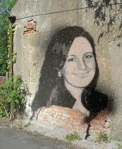 vriendin van schoonzoon met graffiti op muur geplaatst