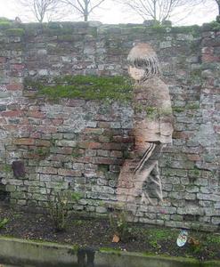 achterkleinkind op muur geplaatst