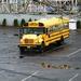 Eenzame schoolbus op parking van Coney Island