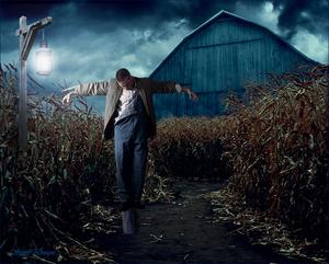 hangende man manipulate met verschillende fotos