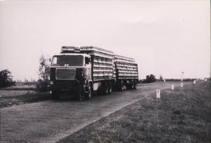 Volvo met Piet Vriezema er naast