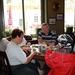 De groep in een historisch café (2)