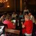 De groep in een historisch café