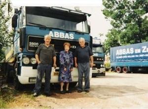 De familie voor een truck