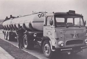 TB-76-41   Berus Dontje naast de truck