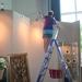 Het ophangen van de schilderijen