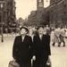 amsterdam juni 1957 tante tien en ma op het dam voor het paleis.