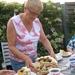 Rita snijdt de taart aan