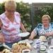 Rita deelt de taart uit