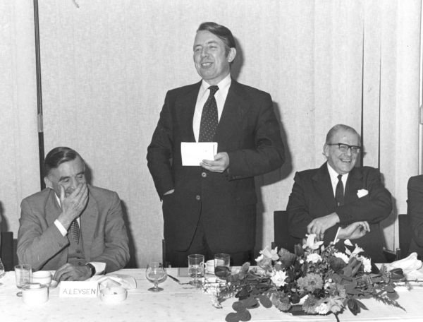 9 JR 1977 humor aan tafel  min. Jos Jabert en Anfré Leysen Dir. G