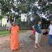 De monnik , de begeleidster en de gids