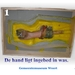 06 DE HAND VAN JOZEF LIGT INGEBED IN DE WAS