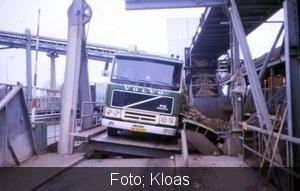 De truck kantelt