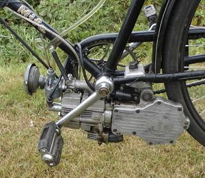 Stepke op een Mifa fiets