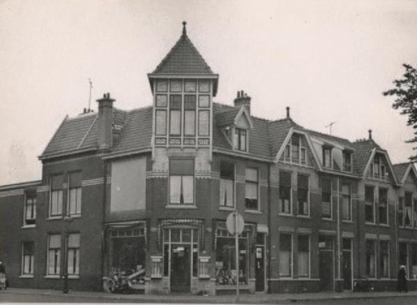 1960 Van Egmondstraat 1, rechts Van Boetzelaerlaan 136-140.