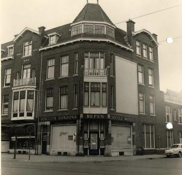 1960 Frederik Hendriklaan 126, winkel van C. Jamin op de hoek van