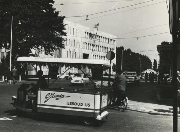 1965 Korte Voorhout, Op de foto de ijskar van Jamin
