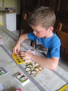 03) Ruben plakt de spaarzegels op de kaart