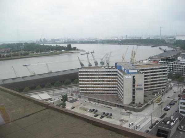 35) Een panorama over stad, haven en stroom
