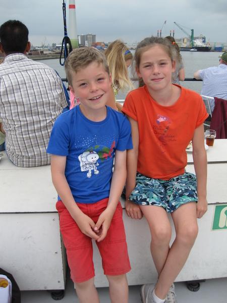 51) Op het dek van de boot