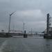53) Wachten voor de brug