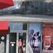 81) Aan de ingang van het Atomium