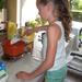 122) Jana weegt de bloem af