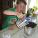 132) Ruben giet de melk in de bakvorm
