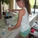 133) Jana giet de resterende melk in de vorm