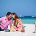 foto-van-een-gezin-met-kinderen-op-het-strand-hartje-zomer