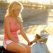 foto-van-een-mooie-blonde-vrouw-op-een-scooter-in-de-zomer-hd-vro