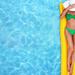 foto-van-een-vrouw-in-groene-bikini-met-hoed-en-zonnebril-op-een-