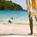 foto-van-een-vrouw-met-haar-hond-bij-de-zee