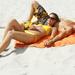 foto-van-vriend-en-vriendin-aan-het-zonnen-op-het-strand-hd-zomer
