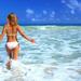 hd-vrouwen-achtergrond-met-een-vrouw-in-witte-bikini-in-de-zee-wa