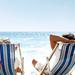 lekker-genieten-op-het-strand-in-een-strandstoel-hd-zomer-achterg