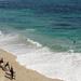 zomer-achtergrond-met-strand-en-zee-en-mensen-met-surfplanken-en-