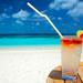 zomer-hd-achtergrond-met-zand-zee-en-cocktail