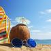 zomer-vakantie-achtergrond-2013-met-zee-strand-kokosnoot-slipper-