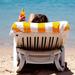 zomer-wallpaper-met-een-vrouw-op-een-strandstoel-op-het-strand