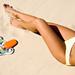 hd-dame-achtergrond-met-witte-bikini-op-het-strand-hd-bikini-wall